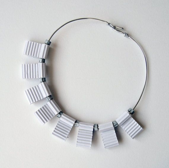 Collana girocollo in cartoncino ondulato bianco e color di Egeo, €28.00