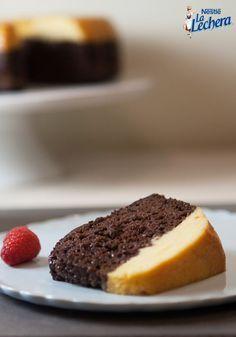 ¡Esta receta junta dos capas de dos de tus postres preferidos en un delicioso platillo! Esta hecho con leche condensada azucarada La Lechera y tiene el sabor irresistible del chocolate y caramelo en cada bocado. ¡Tu familia seguramente disfrutará este postre cremoso y único!