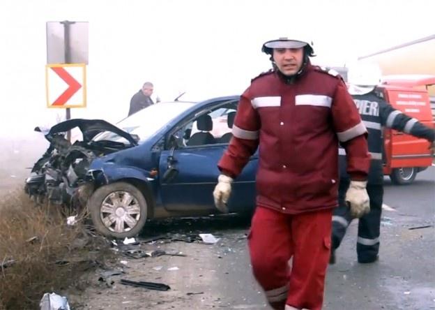 În urma accidentului au rezultat doi răniți. Circulația autovehiculelor a fost oprită timp de o oră.    Miercuri dimineaţă, din cauza ceţii şi a vitezei neadaptate la condiţiile de drum, o maşină care se îndrepta dinspre Bucureşti spre Moldova a derapat într-o curbă şi s-a ciocnit de un alt autoturism.