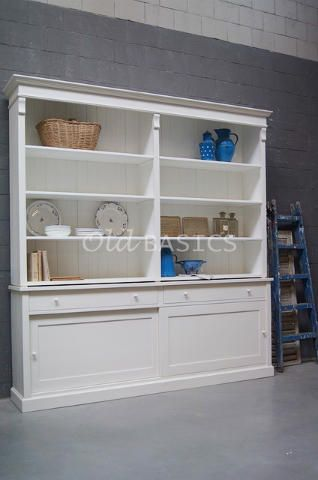 Boekenkast Rustique 10001 - Grote landelijke boekenkast in een roomwitte kleur. Deze kast is een pronkstuk in de woonkamer! Het meubel heeft brede lades en schuifdeuren. Achter de schuifdeuren zit een legplank. De kast bestaat uit twee delen. MAATWERK Dit meubel is handgemaakt en -geschilderd. De kast kan in vrijwel elke gewenste maat, indeling en RAL-kleur worden nabesteld. Benieuwd naar de mogelijkheden? Kom eens langs, of neem contact met ons op. Wij maken vrijblijvend een offerte voor…