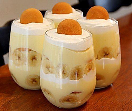 ИНГРЕДИЕНТЫ: ● Творог обезжиренный - 300 г ● Банан - 2 шт ● Какао - 1 ст. л ● Орехи для украшения - по вкусу ПРИГОТОВЛЕНИЕ: Для шоколадного слоя: Взбить в блендере ½ часть творога, какао и банан. Для белого слоя: Взбить в блендере ½ часть творога и банан. Этот слой должен получиться гуще. В креманку ложкой аккуратно выкладываем белый слой мусса. Затем - шоколадный. Сверху шоколадного - снова белый, в центр. Украсить можно орешками. Приятного аппетита!
