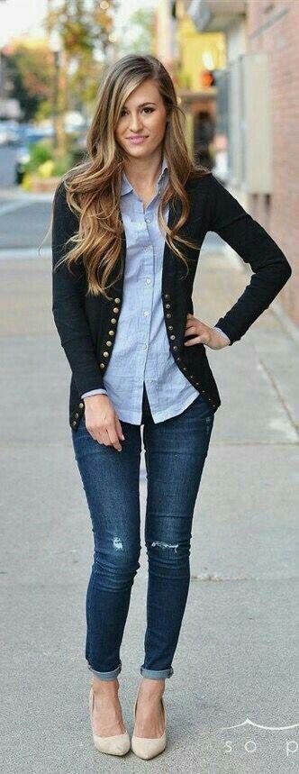 Para salir. Jeans, camisa azul cielo, sweter negro y zapatilla nude