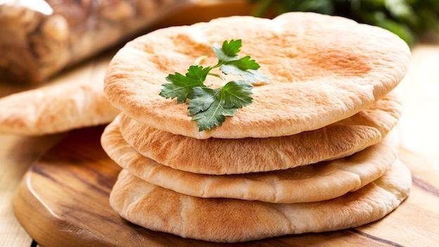 Facilissime da fare in casa, la pite è il classico pane greco. Prova a realizzarla in casa con questa semplice ricetta step by step.