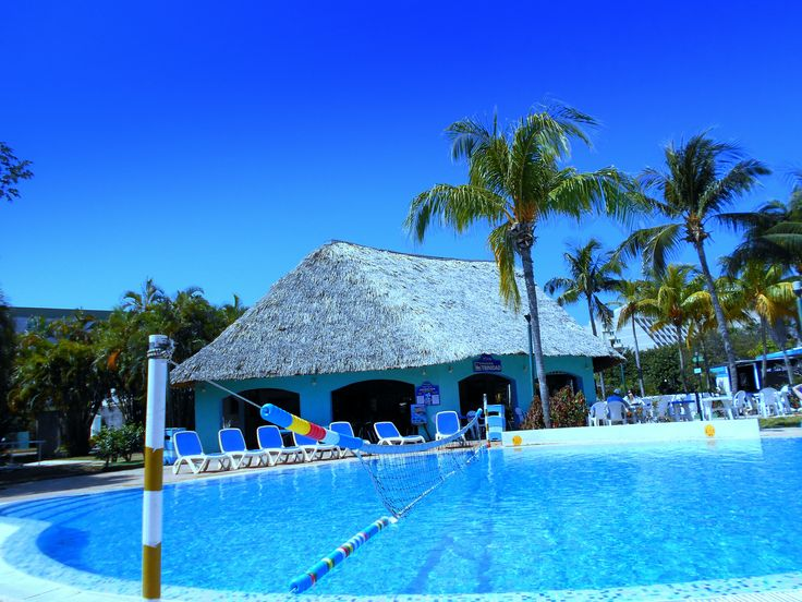 Summer feelings at poolside in Cuba #cuba #cubanlink #kuba #caribbean #hotel #aguasazules #turquoise #blue #color #summer #summertime #holiday ##vacation #urlaub #pauschal #reisen #travel #travelblogger #vacances #vacaciones #palmtrees #rooftop #varadero #beach #playa