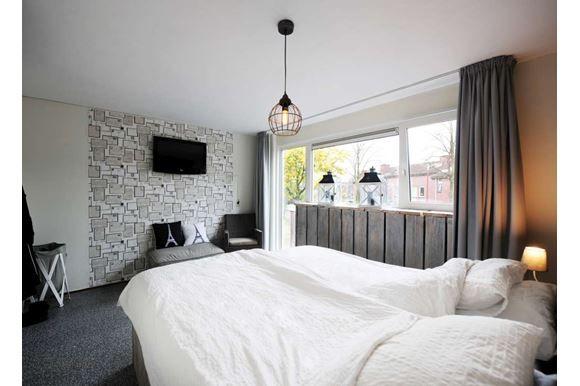 Zeer ruime, goed onderhouden en sfeervolle eengezinswoning. Met 3 slaapkamers en de mogelijk voor het creëren van 2 extra slaapkamers op de tweede verdieping. De woning heeft een zonnige tuin en een geschakelde berging aan de voorzijde van de woning...