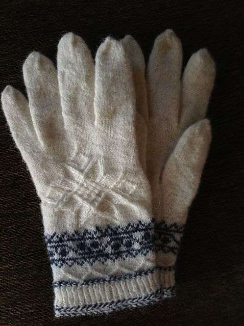Ravelry: llunallama's Winter Star Gloves