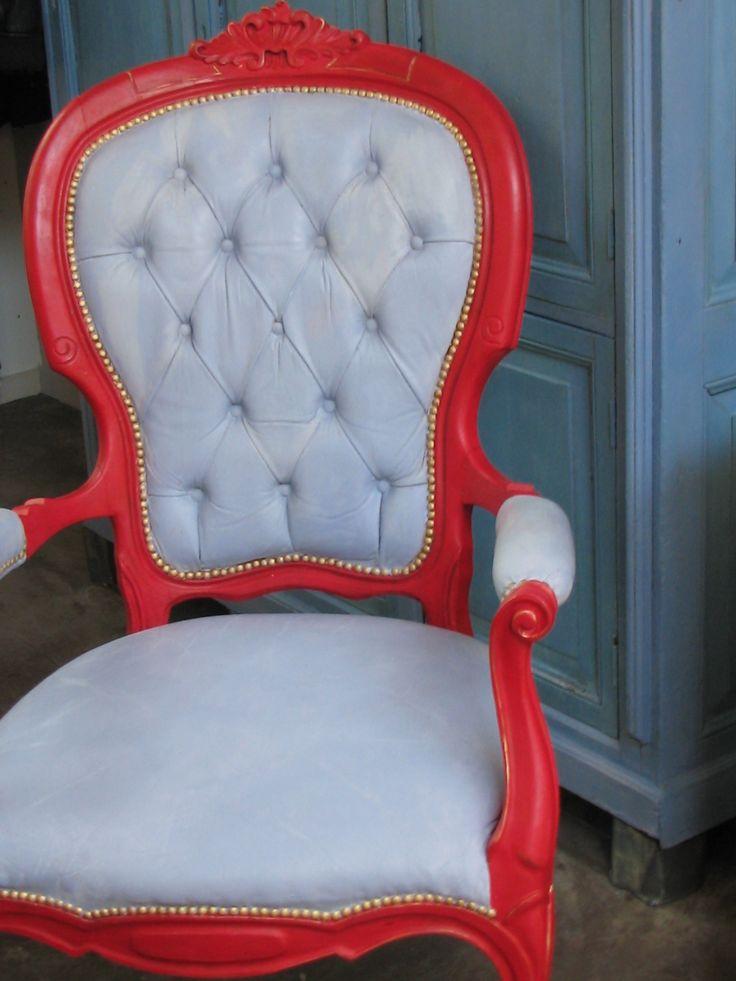 Prinsessenstoel met Louis Blue Van Annie Sloan op de lederen bekleding.