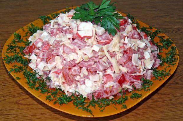 Салат «Красное море» с крабовыми палочками https://www.go-cook.ru/salat-krasnoe-more-s-krabovymi-palochkami/  Своим названием, салат обязан входящим в него ингредиентам. Крабовые палочки, красный болгарский перец и помидоры. Ну чем не знаменитое Красное Море, не так ли? Готовиться этот салат довольно быстро и элементарно. Рецепт салата «Красное море» с крабовыми палочками Время подготовки: 5 минут Время приготовления: 25 минут Общее время: 30 минут Кухня: Русская Тип: Закуска Порций: ……