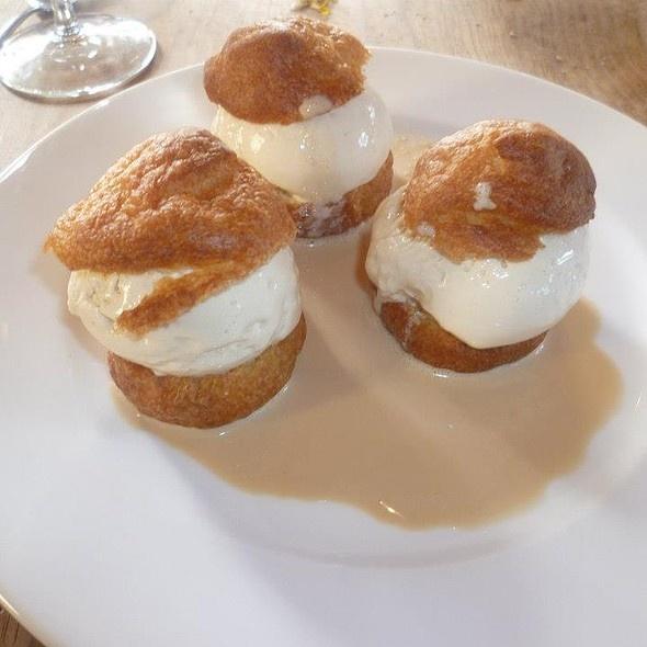 Profiteroles au chocolat blanc, sauce au café @ Auberge de Fountescut