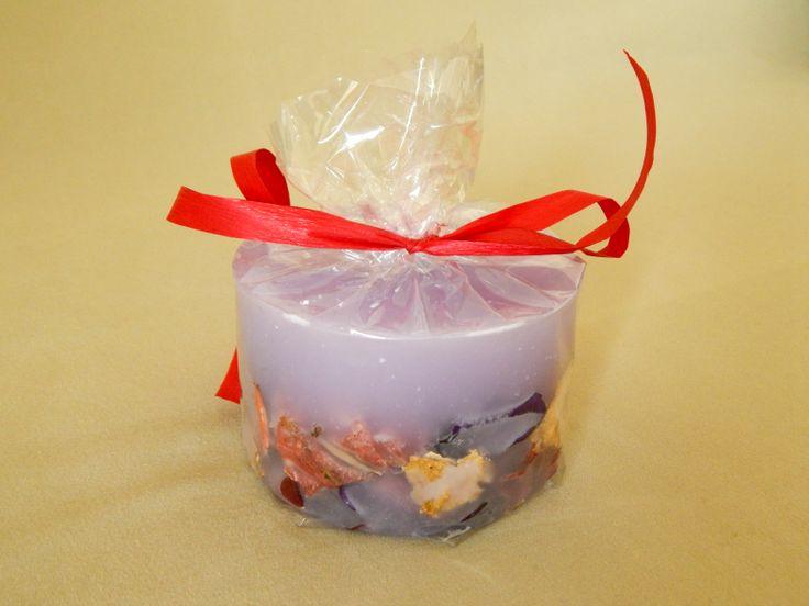 Μοβ χειροποίητο κερί με αποξηραμένα λουλούδια και άρωμα βιολέτας. Purple handmade candle with violet aroma