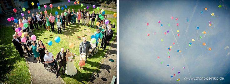 Hochzeitsgruppenfoto mit Luftballons