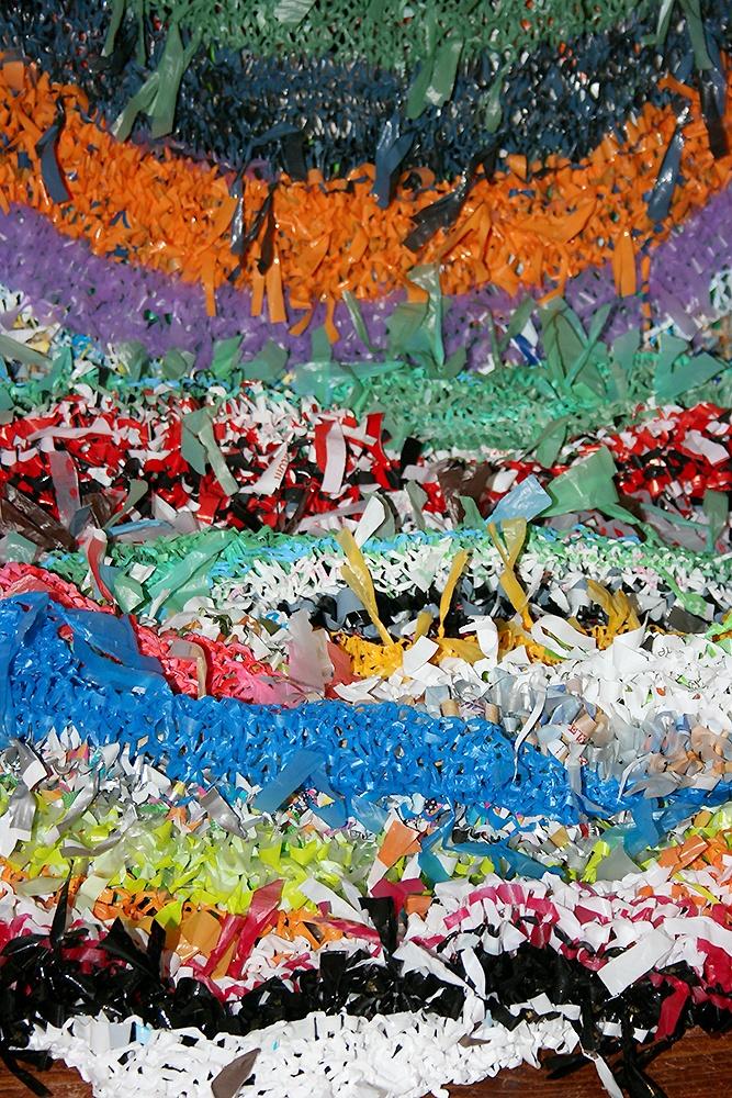 Tissage d'expression Antémia - Longue robe tricotée de sacs plastiques recyclés 75x650 cmplasticienne