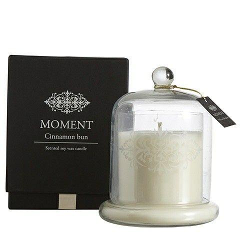 Kanelbulledoft i vacker förpackning. Detta doftljus är härligt beroendeframkallande! Välkommen att se mer i vår webbutik www.rustiktochfint.se Premiärerbjudande, 20 % rabatt på all inredning.
