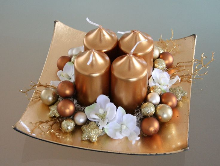 Malá+adventní+dekorace+ve+zlaté+Adventní+svícen+ve zlatých barvičkách, na zlatém lesklém+tácku s metalickými svíčkami, +zdobený květy +orchidejí, hvězdičkami, větvičkami+a+skleněnými kouličkami.+Velikost+svícnu+-+výška+cca 8+cm,+šířka+cca 20x19+cm.+ +