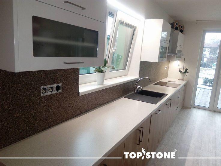 Mramorový kamínek TopStone Brown Royal za kuchyňskou linkou, aplikováno systémem TopWall, struktura povrchu je uzavřena materiálem TopGel pro jednodušší údržbu. Jinak produkce našich šikovných ručiček Tomáše a Michala - realizace na přerovsku. Faaakt moc pěkný... co říkáte?   https://eshop.topstone.cz/kamenny-koberec-royal-brown-stena.html  #topstone #mramorovýkoberec #kámennastěnu #kuchyně #povrchbezespár #design