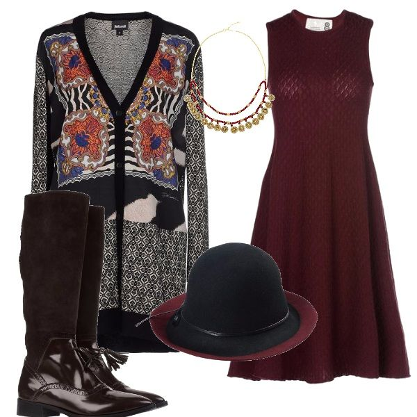 Insieme dal sapore di campagna inglese, il vestito di maglina fluida, abbinato al cardigan dai disegni vivaci, agli stivali con impunture e nappine, al cappello con tesa colorata e leggera collanina.