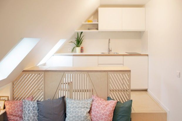 Romain, chambre mansardée transformée en 2 pièces-cuisine à Paris par Batiik…