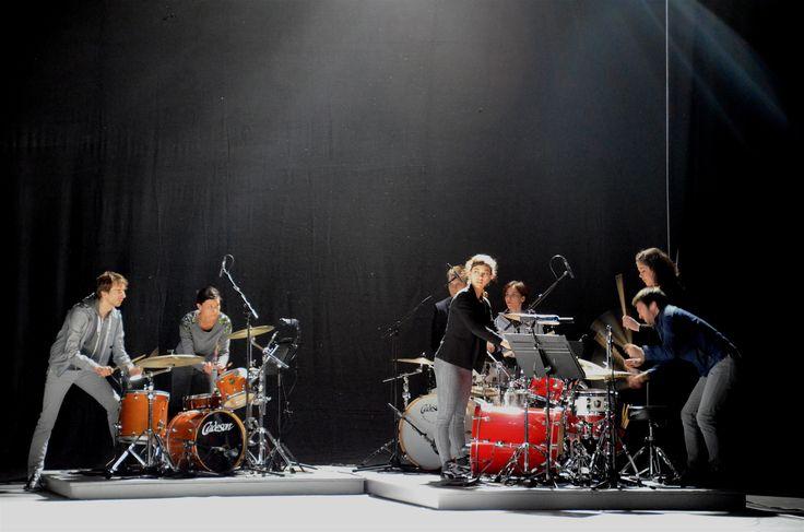 Bei DEMOCRACY von Maud Le Pladec wurde es laut. Zusammen mit Schlagzeugern von TaCTuS lieferten sie eine einzigartige Performance.