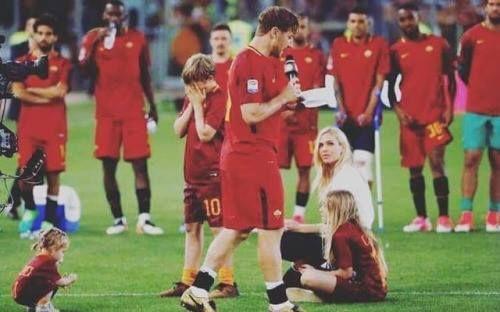 Totti lee su discurso de despedida. Cristian Totti su hijo capitán y goleador de la Roma categoría 2005 llora