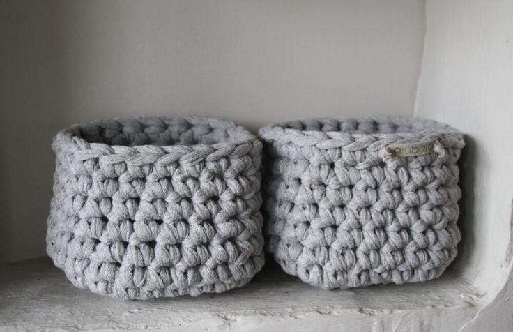 Zwei kleine Körbchen aus Bändchengarn