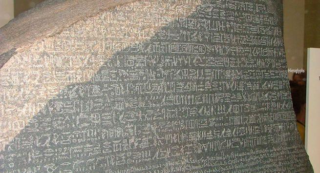 Stele di Rosetta 196 a.C. Nuovo Regno. Stele in basalto ritrovata a  Giza, oggi è conservata al British Museum di Londra. Fu tradotta dal famoso egittologo Jean-François Champollion . Grazie a questa stele si riuscì a comprendere la scrittura dei geroglifici; infatti questa stele è scritta in greco, geroglifico e demotico.