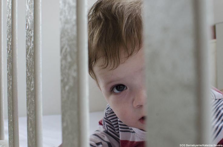 I SOS Børnebyernes transit-hjem i Pristina, #Kosovo, bor denne dreng og andre babyer, der er blevet forladt af eller har mistet deres forældre. Her får de et kærligt hjem med masser af omsorg og opmærksomhed, mens de sociale myndigheder undersøger, om børnene kan blive genforenet med deres biologiske familie eller om de skal flytte ind i børnebyen.