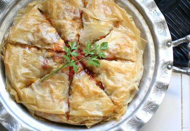 Baklava Yufkasından Patlıcanlı Börek tarifi, çıtır çıtır, pratik ve değişik bir tarif. Sürekli aynı böreği yapmaktan sıkılanlara güzel bir alternatif.