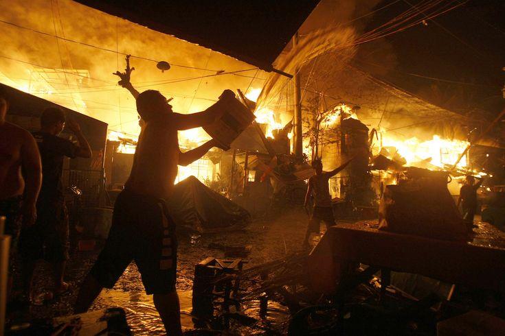 Manila, Filippine. I fuochi d'artificio hanno fatto sviluppare un incendio in una delle baraccopoli della città.  (AP Photo/Linus Escandor II)