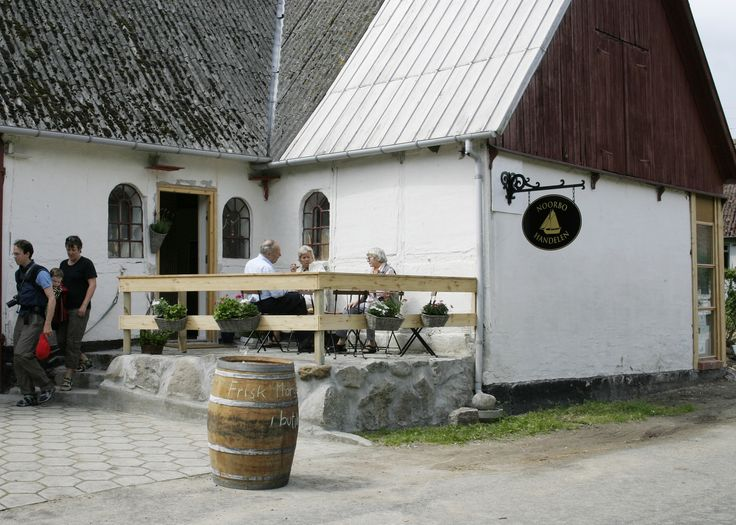 #Noorbohandelen ligger på en historisk #lodsgård på #Nyord, der ved siden af forretningen huser Nyords lokalhistoriske #udstilling (gratis adgang) og Nyord #sennepsmølle. #café #butik #specialforretning #specialiteter #smag # nyd #taste #whisky #rom #grappa #calvados #vin #cognac #lovingislands #govisitmoen