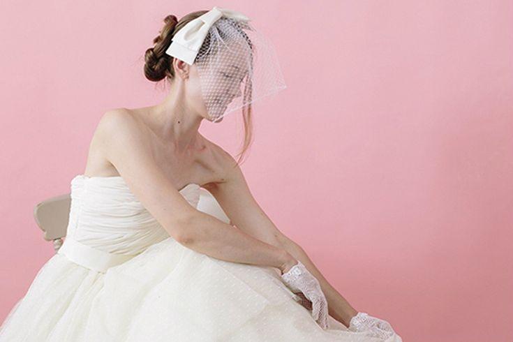 花嫁を象徴するアイテムのひとつウェディングベール。できるなら手作りしてみたいと一瞬でも思った花嫁さん、初心者さんにも簡単にできるベール、あります♪上品なサテン生地で作るリボンのショートベールなら手作り初心者さんでも上級者クラスの仕上がりに♪ボンネ風の大きめリボンがポイントです。一生の宝物になること請け合いですよ♡