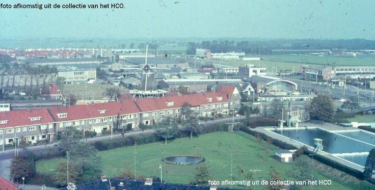 Panorama van Zwolle gezien in de zomer eind jaren '60 vanuit de 10-hoog flat aan de Tesselschadestraat-hoek Betje Wolfstraat naar het Westen. Brederostraat en openluchtbad aan Ceintuurbaan , op de voorgrond, molen de Passiebloem aan Vondelkade, DAF-garage aan de Ceintuurbaan aan de horizon. Voetbalveld zonder lichtmasten.