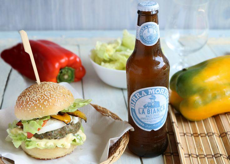 """Questo Summer Hamburger è così sfizioso da mangiare in qualsiasi occasione e da gustare accompagnandolo ad una fresca Birra Moretti """"LaBianca"""""""
