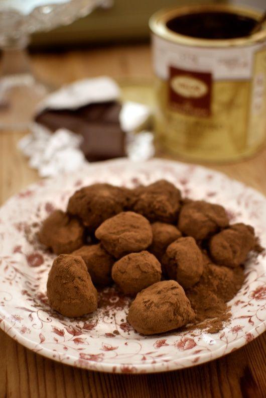 Las trufas de chocolate deben su nombre a su parecido con el famoso hongo, tan apreciado en la cocina francesa. Muy fáciles de preparar, son siempre deliciosas. La receta original apenas lleva más que