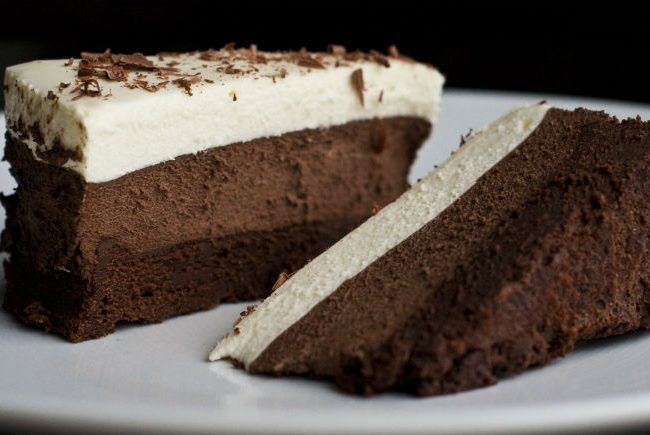 Μια πανεύκολη συνταγή για ένα δροσερό, χωρίς ψήσιμο, γλυκό ψυγείου με στρώσεις τριπλής σοκολάτας. Εύκολο στη παρασκευή του, υπέροχο και λαχταριστό στη γεύση του.  Υλικά Για τη βάση: •1 φλ. τσαγιού θρυμματισμένα στο multi μπισκότα digestive •3 κ.σ.