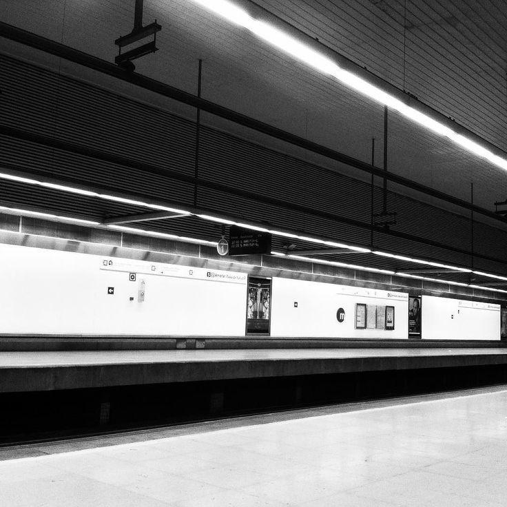 A un metro de distancia #photooftheday #blackandwhite #architecture #metro #valencia #black #white #lights #void