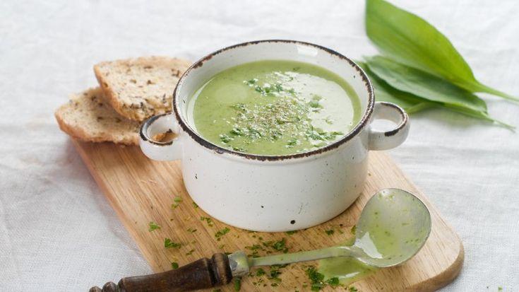 Bärlauchsuppe ist ein geeigneter Weg, die Bärlauch-Saison in vollen Zügen zu genießen. Das Beste daran: Das Gericht passt sogar zur kalorienbewussten Ernährung. Hier geht's zum Rezept.