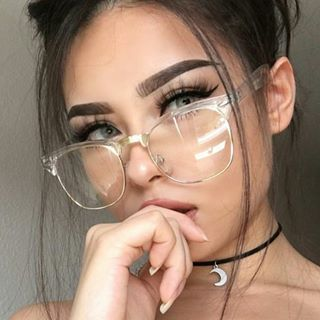 Anyone who knows anything is aware that chokers are the hottest accessory ~lewk~ of the season. However, even some simple necklaces can be pretty pricey. | This College Student Wore A Shoelace As A Choker And Fooled Everyone