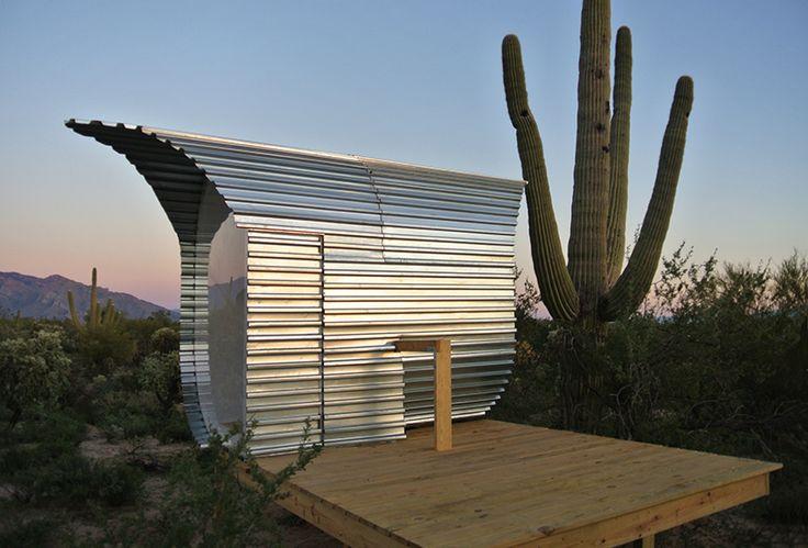 Cacti cabin in desert landscape, Sonoran desert, Tuscan, Arizona, USA, metalen schil, golfplaat (by jiří příhoda)