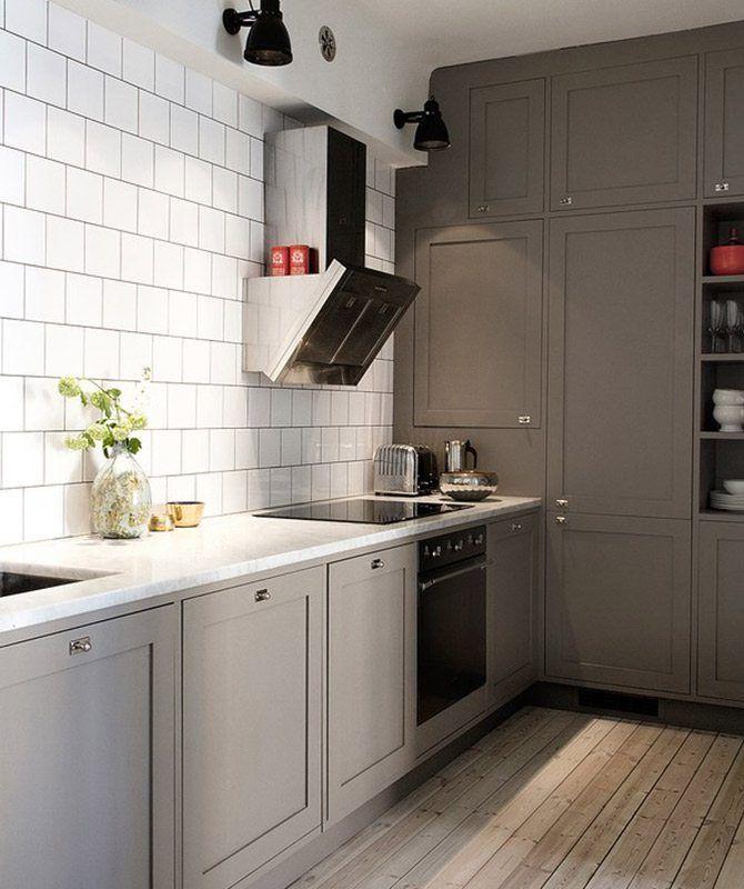 Denna makalöst snygga lägenhet ägs av Pelle Lundqvist, tillika Art Directorn bakom Alcros ad.grey kollektion. Spana särskilt in de snygga gråmålade luckorna i köket (målade med Alcro givetvis). I ad.grey finns 12 olika gråa nyanser.