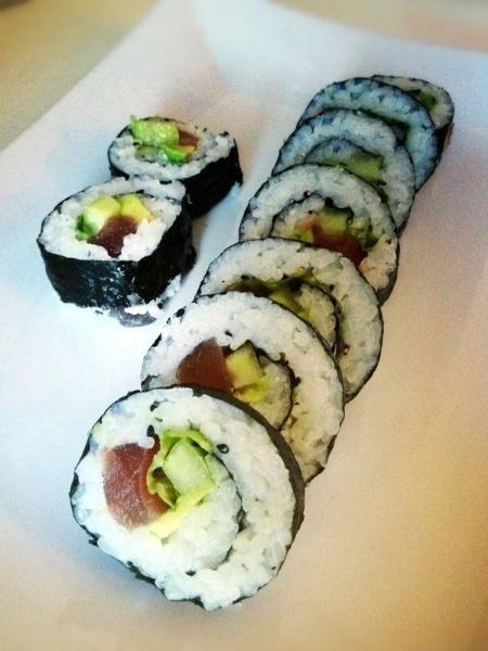 Sushi recept: Futomaki sushi met tonijn, avocado, komkommer en ijsbergsla! #sushi