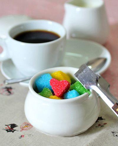 Créer des sucrettes colorées - Sucre en poudre, colorant alimentaire et très peu d'eau, des moules à chocolat ou petits emporte-pièces du Blog Idée-créative