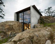 Le studio Olson Kundig Architects est à l'origine de cette maison littéralement sortie de la roche ! De la dynamite et des grosses machines ont été utilisées pour insérer l'habitation dans les rochers de l'île de San Juan, au large de Seattle. Cette maison en béton brut nommée Pierre est une résidence de plain-pied fendue entre 2 sections de roche. L'affection du propriétaire pour la pierre a inspiré la conception de cette maison.