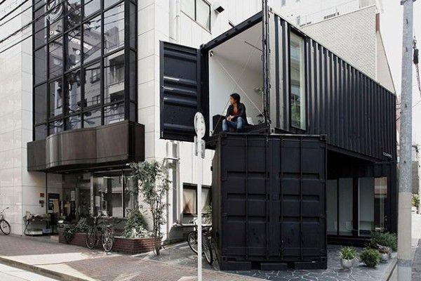 Au détour d'une ruelle à Tokyo, 2 grands conteneurs d'expédition sont apparus, empilés l'un sur l'autre. Une fois les portes ouvertes, chaque conteneur révèle son intérieur, habillé de murs blancs et bien aménagé, on comprend tout de suite qu'ils ne sont pas là pas pour servir de stockage. Au contraire, ils ont été installés pour servir de galerie d'art et de bureaux. Conçus par l'architecte Tomokazu Hayakawa, les conteneurs portent chacun leur nom et ont chacun leur utilité...