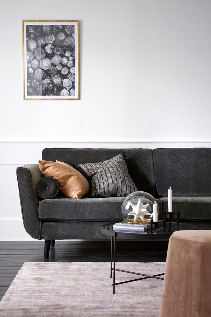 Vi på Ellos har designat och tagit fram nya soffmodeller som produceras av Furninova, en svensk kvalitetsleverantör. Soffa Vera 3-sits är en bekväm sammetssoffa med klädsel i mjukt sammestyg. 97 000 Martindale. Ramen är är byggd av massivt trä och ryggen av plywood/spånskiva. Fast komfort i kallskum svept med fibervadd. Nozagfjädring för bästa komfort. Svarta ben av trä. Klädsel i polyestersammet (klädseln är inte avtagbar, använd textiltvätt för möbelklädsel vid rengöring). Mått: Bredd ...