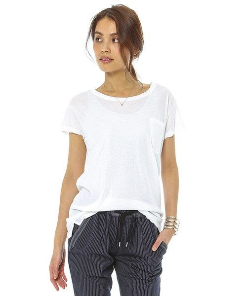 子供っぽくなりがちでボーイッシュなイメージが強い「Tシャツ」。大人も素敵に着こなせるTシャツスタイルを提案します。大人の女性にこそ着こなしてもらいたい、こなれ感のあるスタイルで夏を楽しもう♪