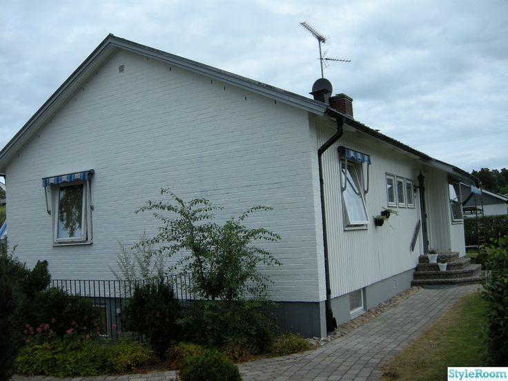 I våras bestämde vi oss för att måla om vårt hus. Laxrosa trä och rött tegel skulle bort och ersättas av vitt och gråa detaljer.   Vi blev väldigt nöjda :-). Så här blev resultatet - vitt med gråa detaljer. . Så här såg huset ut när vi köpte det. Laxrosa trä och rött tegel....inte alls snyggt. . ...
