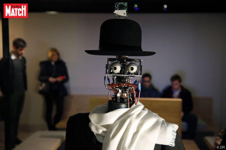 De derrière, il on pourrait le confondre avec le commun des mortels. Pourtant, il n'a rien d'humain, excepté son nom. Le robot Berenson (inspiré d'un historien de l'art américain, ndlr) vogue dans les allées de la galerie du Quai Branly à la rencontre des gens et des œuvres. Vêtu d'un chapeau melon, d'un pardessus gris et d'une écharpe beige, le robot semble être sorti d'un tableau de René Magritte.Développé en 2011 par l'ingénieur en robotique Philippe Gaussier et l'anthropologue Denis…