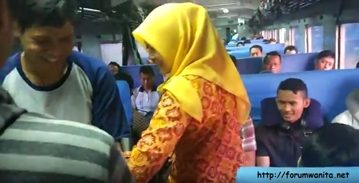 gadis berjilbab kuning di kereta api