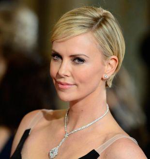 Цвет волос блонд на короткие волосы, гладкая укладка короткой стрижки пикси