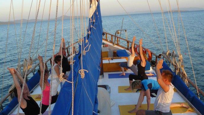 Yoga Cruising an der Türkischen Ägäis  Dem Sonnenaufgang entgegen segeln mit dem Sonnengruß... Einfach traumhaft!!!  #yogacruise #yoga